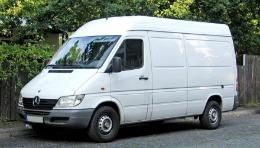 Doi moldoveni, anchetați în România pentru un microbuz furat în Italia