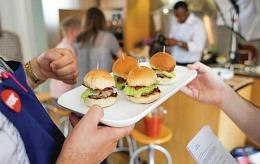 Ai mânca burger cu gust de carne de om? Se pune în vânzare de marţi