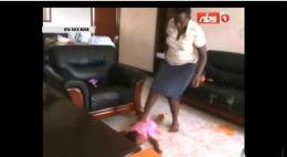 Bona fără suflet! A călcat copii în picioare şi i-a snopit în bătaie // VIDEO