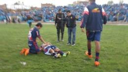 Imagini dramatice de pe terenul de fotbal. Un jucător a căzut SECERAT de FULGER, chiar pe teren