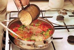 Persoanele care gătesc acasă prezintă riscuri mai mari de maladii cardiace şi accidente vasculare