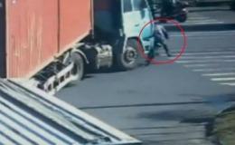 INCREDIBIL! A scăpat cu viaţă după ce un camion GREU a trecut peste el // VIDEO