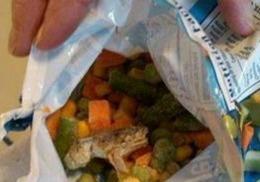 """S-a speriat de moarte când a văzut ce se afla în punga cu legume congelate: """"Avea gură și ochi"""" // VIDEO"""