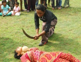 IMAGINI ȘOCANTE în India! Ce-i face un bărbat cu o sabie soției sale?