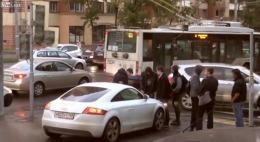 Ce NEBUNĂ! O rusoaică a plecat cu PIETONII PE CAPOTĂ! Apoi s-a dat jos și a sărit la bătaie! VIDEO