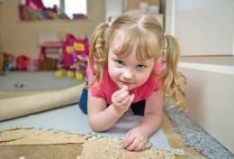 Fetiţa asta îşi mănâncă toată casa