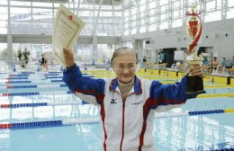 O japoneză în vârstă de 100 de ani doboară un record mondial la natație