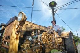Să vezi și să nu crezi! Și-a făcut singur un tractor din lemn // FOTO