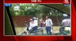 Un poliţist loveşte o femeie cu o CĂRĂMIDĂ în CAP! Motivul este HALUCINANT