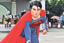 Și-a făcut 23 de operații ca să semene cu Superman // FOTO