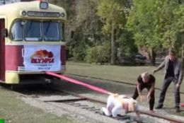 O rusoaică are o forță incredibilă! A mutat tramvaiul din loc // VIDEO