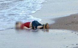 Publicația Charlie Hebdo, acidă cu poza în care apare copilul kurd mort pe o plajă din Turcia