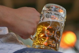 Ce reușește să facă un bărbat cu dozele de bere, te lasă mut de uimire! E unic în lume!