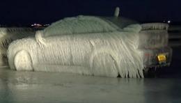 Și-a lăsat mașina pe malul lacului și s-a trezit cu ea înghețată bocnă
