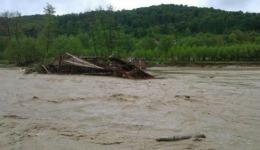 Mai mulți morți și peste 200.000 de sinistrați, în urma unor inundații și alunecări de teren