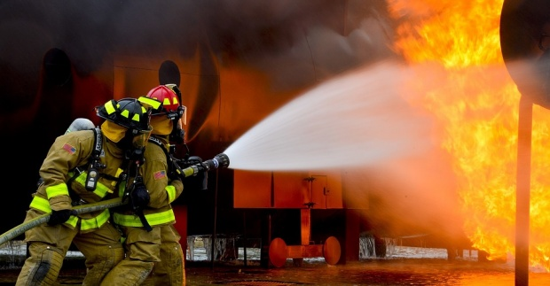 Opt pompieri au murit în timp ce stingeau un incendiu la un depozit din Moscova