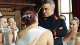 Robbie Williams i-a înfuriat pe ruși. Cântărețul a fost acuzat de rasism din cauza noului single // VIDEO